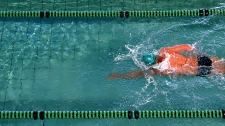 pływak : Fit swimmer doing the front stroke in the swimming pool in slow motion