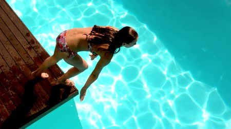 potápění : Brunette diving in the swimming pool in slow motion Dostupné videozáznamy