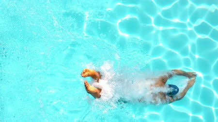 filmagens : Athletic swimmer diving into the pool in slow motion