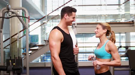 eğitici : Super fit friends chatting together at the gym