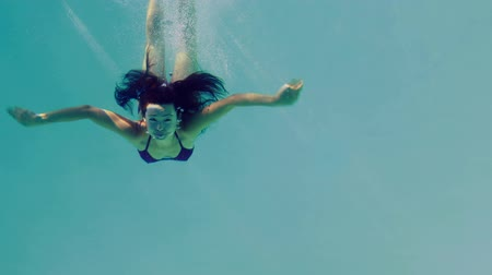 estilo livre : Pretty brunette diving into swimming pool and waving on her holidays