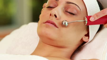 dermatologia : Pretty brunette getting micro dermabrasion treatment at the spa