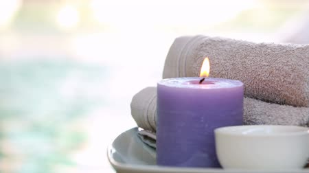 estância termal : Beauty treatment in bowl presented on plate with candle at the spa Vídeos