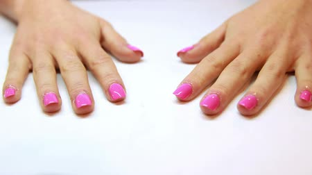 unha : Hands showing fresh pink manicure at the nail salon Stock Footage