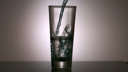 hidrasyon : Water pouring into a glass in slow motion