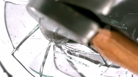 szemüveg : Hammer smashing through pane of glass in slow motion