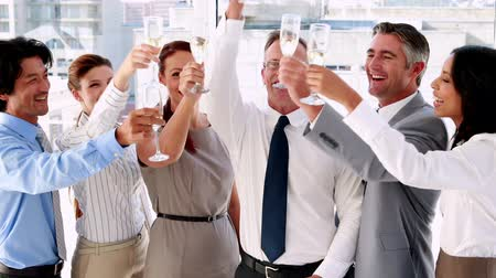 šampaňské : Business team celebrating with champagne in the office Dostupné videozáznamy