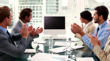 conferência : Business team clapping a blank screen in the office