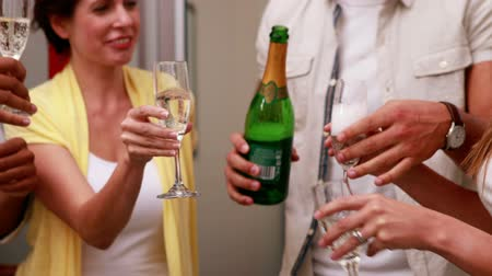 kutluyor : Casual business team celebrating with champagne in the office Stok Video