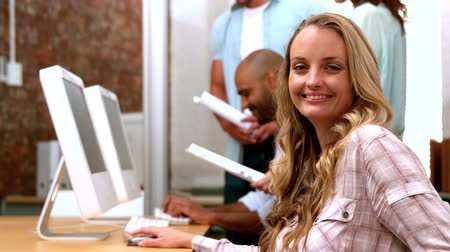 gündelik kıyafetler : Casual businesswoman smiling at camera using tablet pc in slow motion