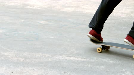 талант : Young skateboarder skating the outdoor skatepark in slow motion