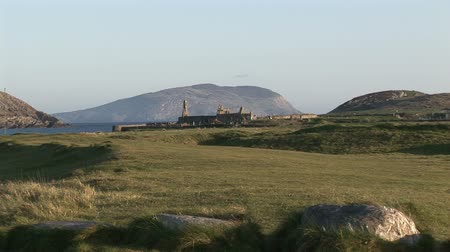 irlandia : A ruined church on the Kerry coastline in Ireland.