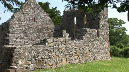 irlandia : The ruins of an early Christian church in Ireland