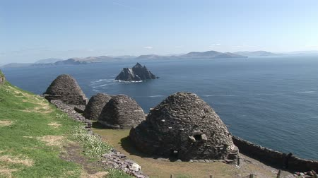 irlandia : Beehive huts overlooking Skellig Michael in Kerry