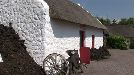 İrlanda : An Old Irish Cottage on the Ring of Kerry in Ireland Stok Video