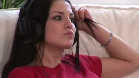 curto : Broadcast Quality Stock Video Footage of a Woman Listening to Music 05 Stock Footage