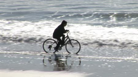İrlanda : Stock Video Footage of a Woman Cycling on a Beach Stok Video