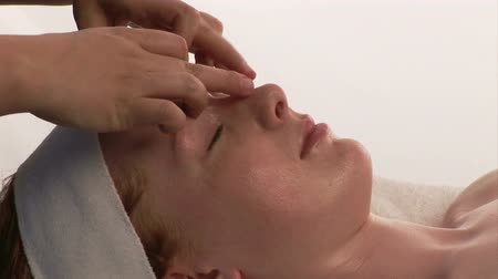 massaggio viso : Video Stock Footage di una donna riceve Spa Therapy