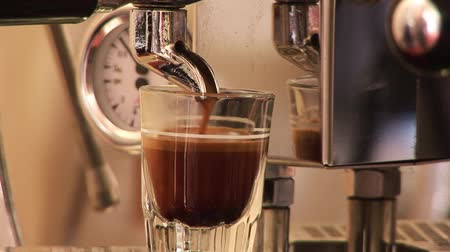kahvehane : HIgh Defintion shot of coffee being made Stok Video