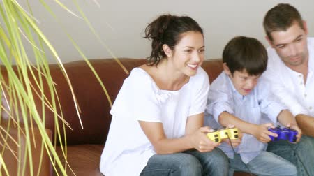 eğlence oyunları : Happy family playing a video game