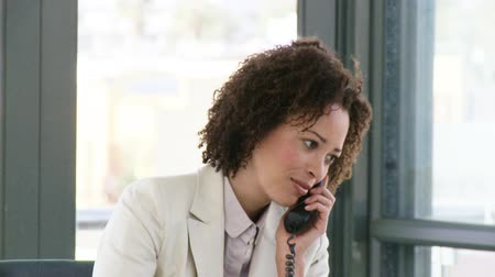 makler : Sucessfull Businesswoman talking on the phone