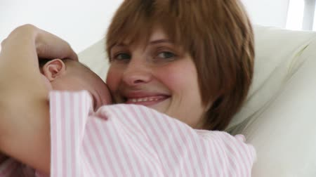 lefekvés : Joyful young mother with her baby in a hospital