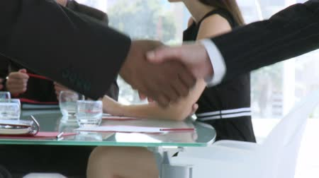 рукопожатие : Handshake in a business meeting