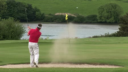 поле для гольфа : High Defintion Stock Footage of Man Playing Golf