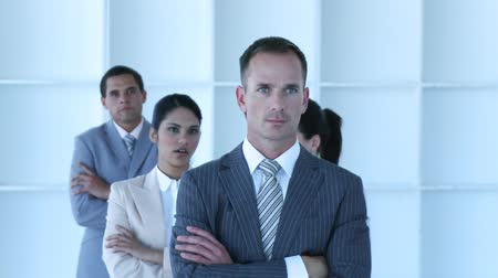em linha : Businessman leading his team with folded arms standing in different positions. Footage in high definition Vídeos