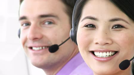 телемаркетинг : Footage in high definition of man and woman working in a call center with a headset on