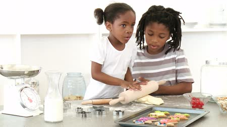 sağlıklı beslenme : Afro-American brother and sister baking in the kitchen. Footage in high definition Stok Video