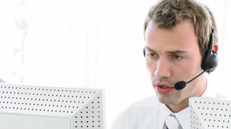 desteklemek : Young business man working in a call centre in a company