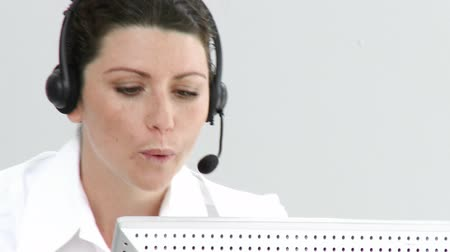 yardım hattı : Assertive businesswoman working in a call center against a white background