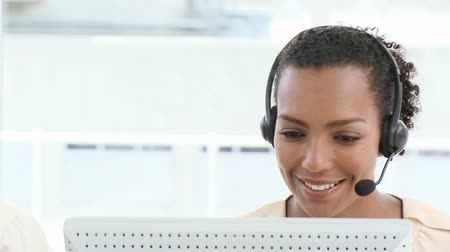 temsilci : Young customer agent at work in her office Stok Video