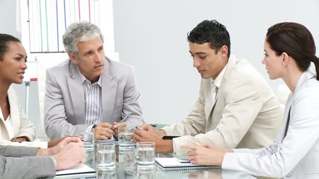 discussão : Competitive business team talking during a brainstorming in a company Stock Footage