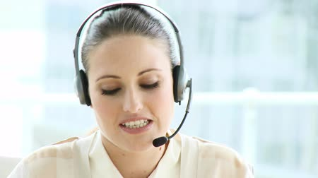 temsilci : Elegant businesswoman with headset on in a call center Stok Video