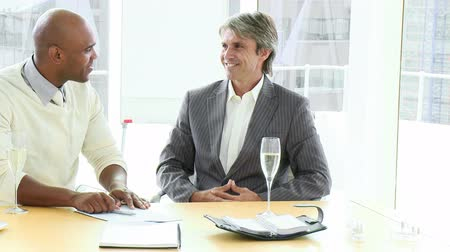 povinnost : Two happy businessmen concluding a contract in a company