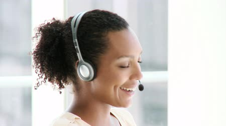 fejhallgató : Enthusiastic businesswoman with headset on in the office