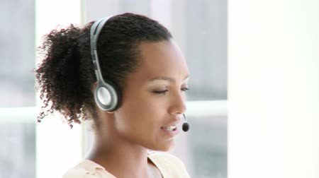 kontakt : Beautiful businesswoman with headset on in the office