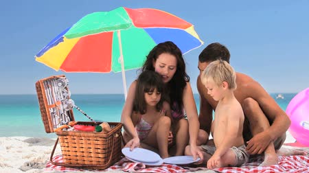 sıcak : Family having a picnic on the beach near the sea