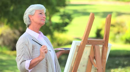 amadurecer : Mature woman painting in the park
