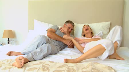 genç çift : Young couple having fun in the bedroom Stok Video