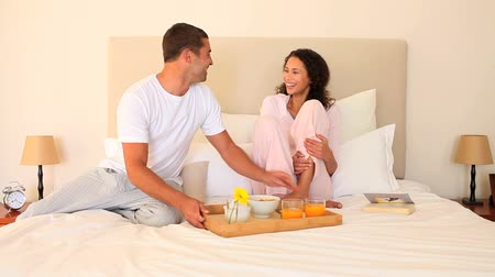 canteiro de flores : Man bringing breakfast on a tray to his wife in bed