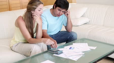 банк : Couple having financial problem in their living room