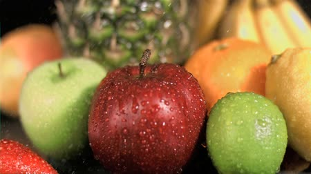 фрукты : Water dropping on fruits in super slow motion