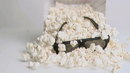 попкорн : Popcorn falling in super slow motion with 3D glasses in studio shot