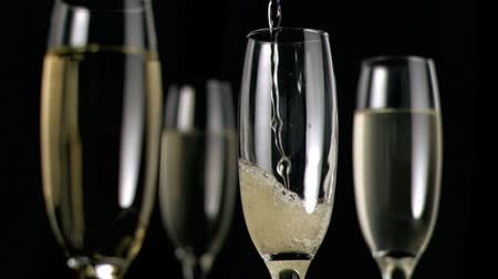 šampaňské : Champagne flowing in super slow motion in a glass against white background