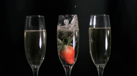 na zdraví : Strawberry diving in super slow motion in champagne against black background Dostupné videozáznamy