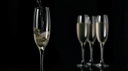 cin cin : Champagne scorre in super slow motion in flauto su sfondo nero
