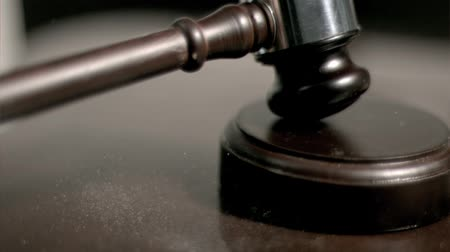 árverezői kalapács : Hand pounding gavel in super slow motion in studio